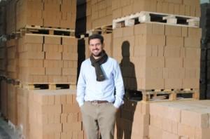 Géry Desprt pose fièrement devant ses briques en terre crue