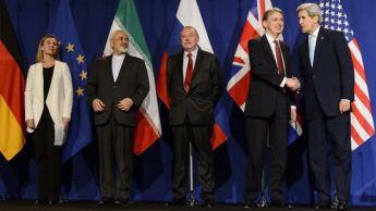 """LGR662- LAUSANA (SUIZA), 2/04/2015.- De izquierda a derecha, la responsable de política exterior de la UE, Federica Mogherini; el ministro de Exteriores de Irán, Mohamed Yavad Zarif; un no indentificado delegado del Gobierno de Rusia; el secretario de Exteriores del Reino Unido, Philip Hammond, y el secretario de Estado de EEUU, John Kerry, posan en una conferencia de prensa hoy, jueves 2 de abril de 2015, después del acuerdo nuclear logrado en la ciudad suiza de Lausana, entre Irán y seis grandes potencias que prevé el levantamiento de las sanciones nucleares impuestas por EEUU y la Unión Europea (EU) contra la República Islámica. Kerry destacó hoy que el acuerdo nuclear final que la comunidad internacional negociará en los próximos tres meses con Irán """"no dependerá de promesas, sino que dependerá de pruebas"""". EFE/JEAN-CHRISTOPHE BOTT"""
