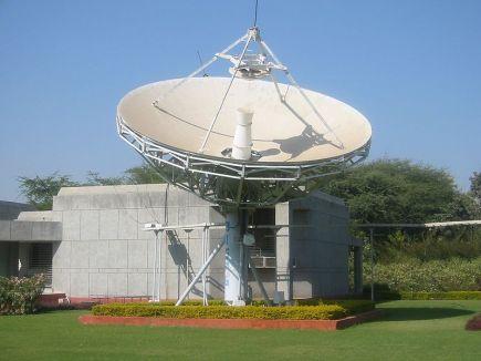 800px-Satellite_antenna_Gandhinagar2