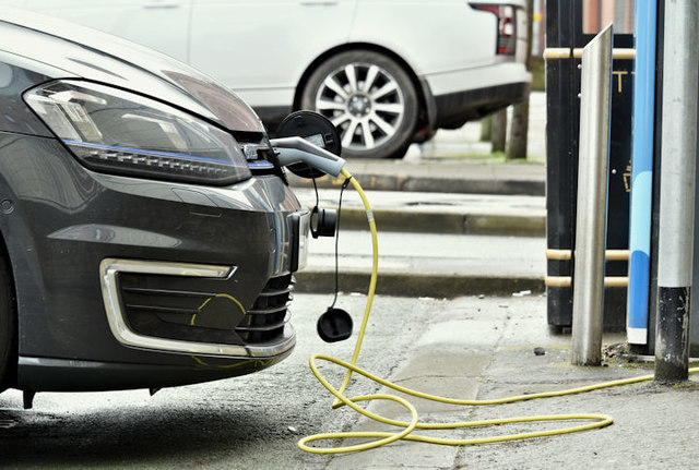 Electric Vehicles and charging stations: best practices from Europe and Italy